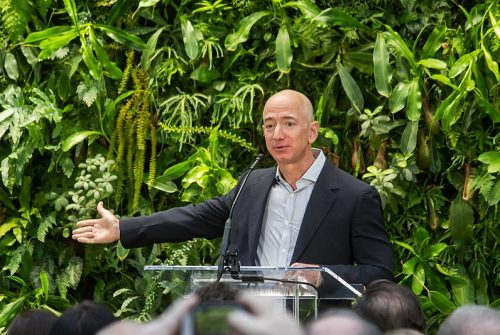 800px-Jeff_Bezos_at_Amazon_Spheres_Grand_Opening_in_Seattle_-_2018_(39074799225)